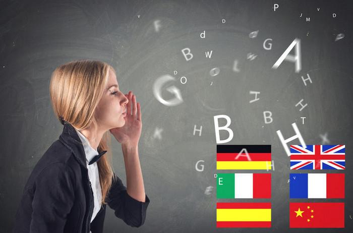 девушка учит английский