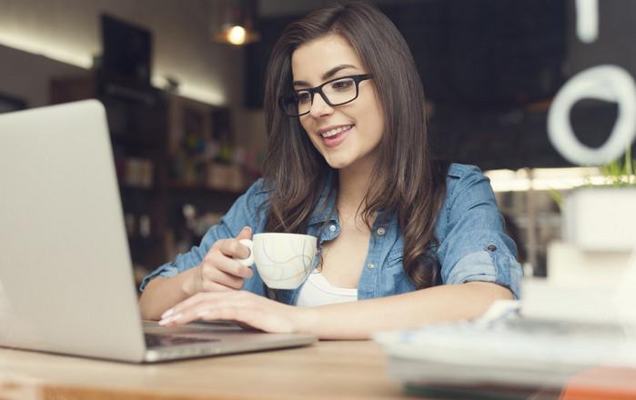 девушка ищет подработку в интернете