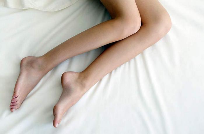 деушка в постели