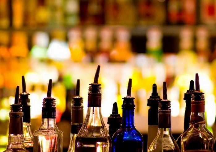 много бутылок с разным алкоголем